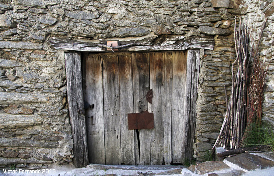 Puertas de madera viejas latest puertas de madera viejas for Fotos de puertas de madera antiguas