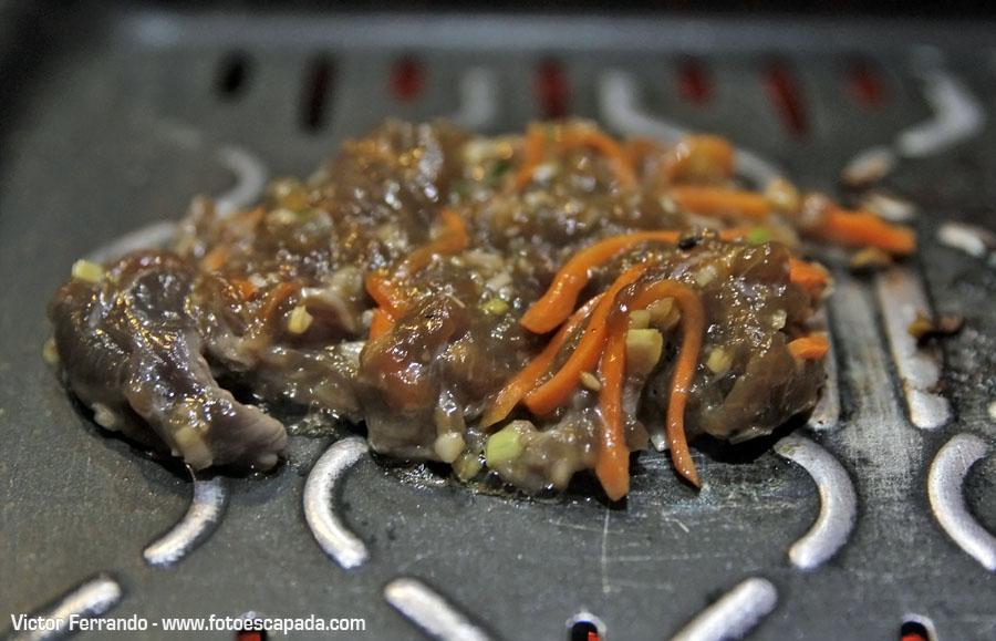 Carne en la barbacoa del Restaurante Maru Coreano Madrid