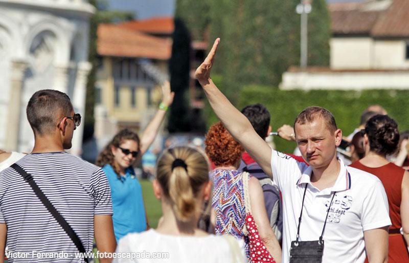 Turistas fotografiandose en la Torre de Pisa