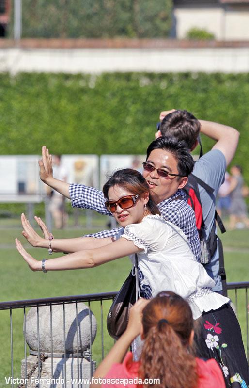 Turistas fotografiandose en la Torre de Pisa 4