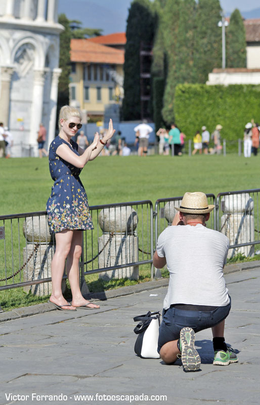 Turistas fotografiandose en la Torre de Pisa 6