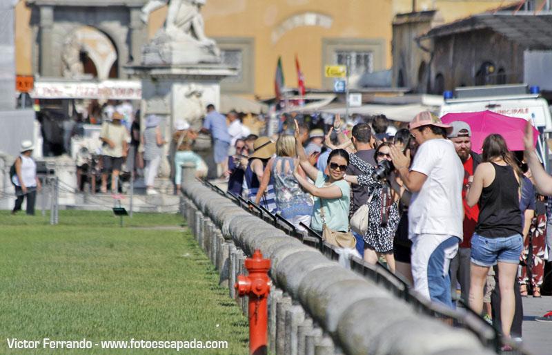 Turistas fotografiandose en la Torre de Pisa 7