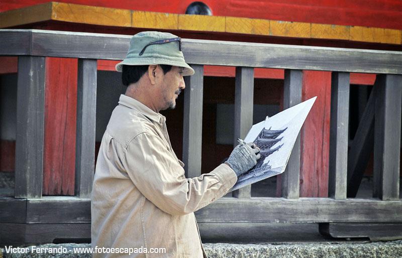 hombre dibujando una pagoda en japon
