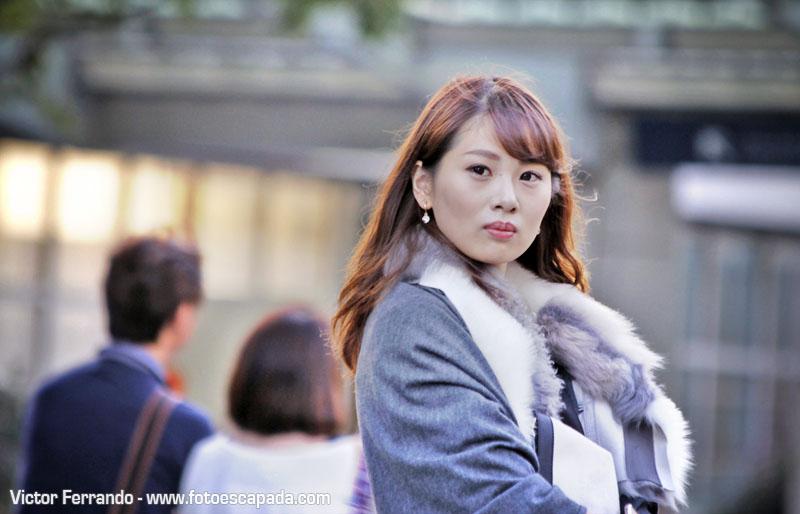 mujer elegante en tokyo