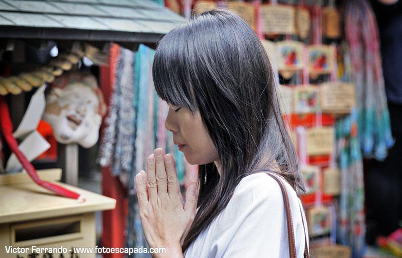 mujer japonesa recitando sus oraciones