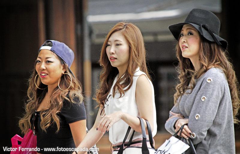 tres chicas visitando un templo en japon