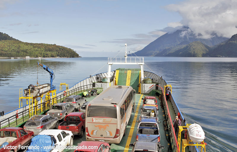 Embarcando en una barcaza para cruzar desde Hornopirén hasta Caleta Gonzalo