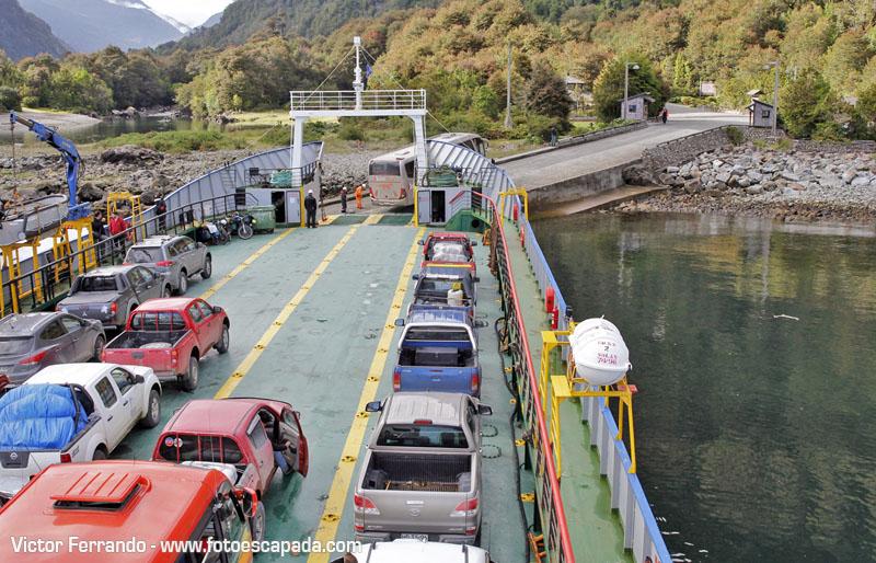 Barcaza para cruzar los fiordos patagonicos