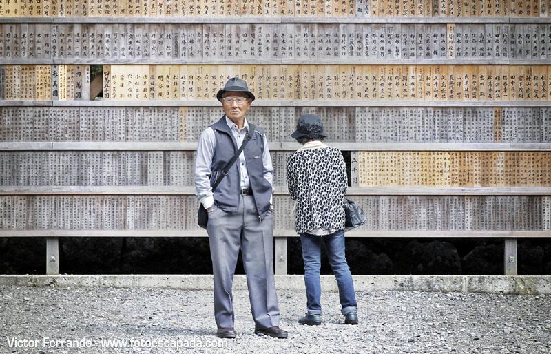 Pareja mayor en un templo de Japón