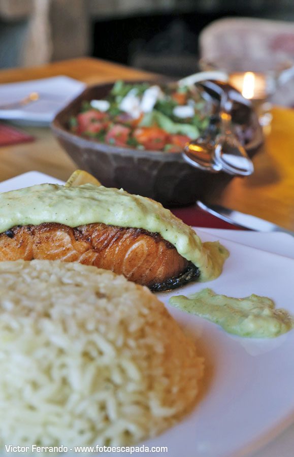 Rico salmón patagónico en el restaurante de Mallín Colorado