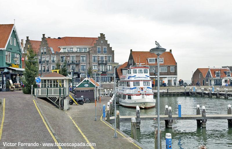 El puerto de Volendam y el ferry que lleva a Marken