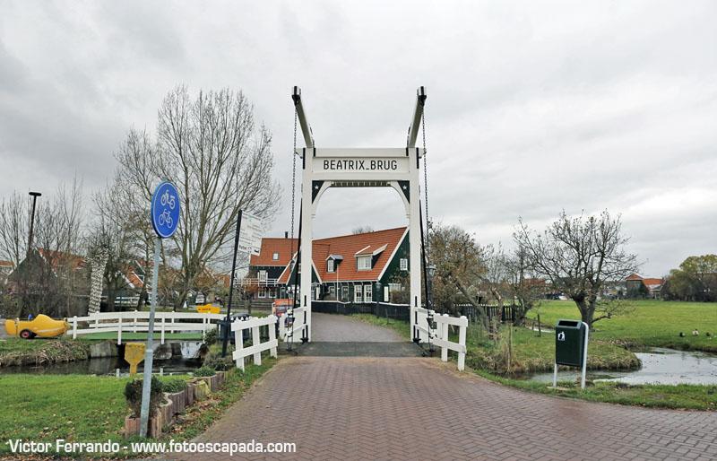 Uno de los puentes levadizos de entrada a Marken