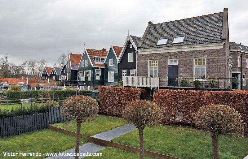 En Waterland se mezclan edificios de piedra y madera de colores azul y verde