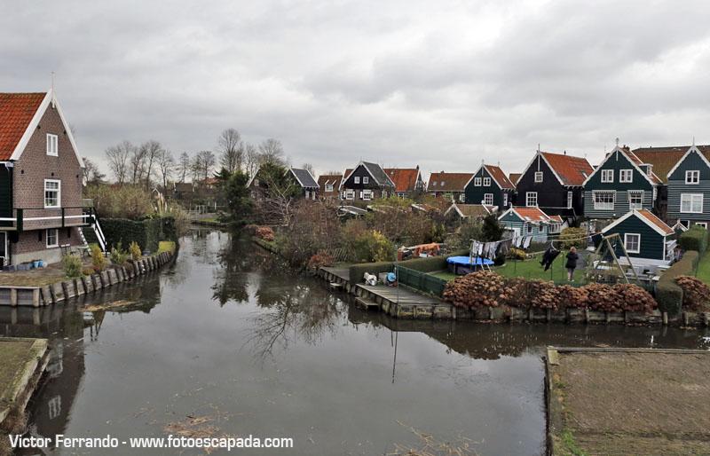 Canales y casas de madera en Marken
