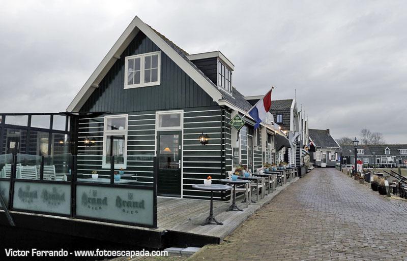 Restaurante tradicional en el puerto de Marken