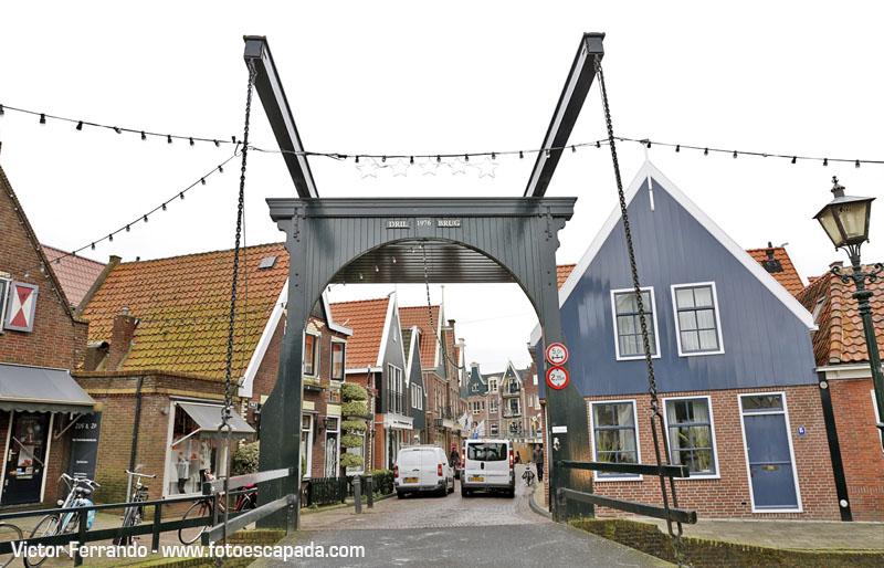 Uno de los puentes de acceso a Volendam