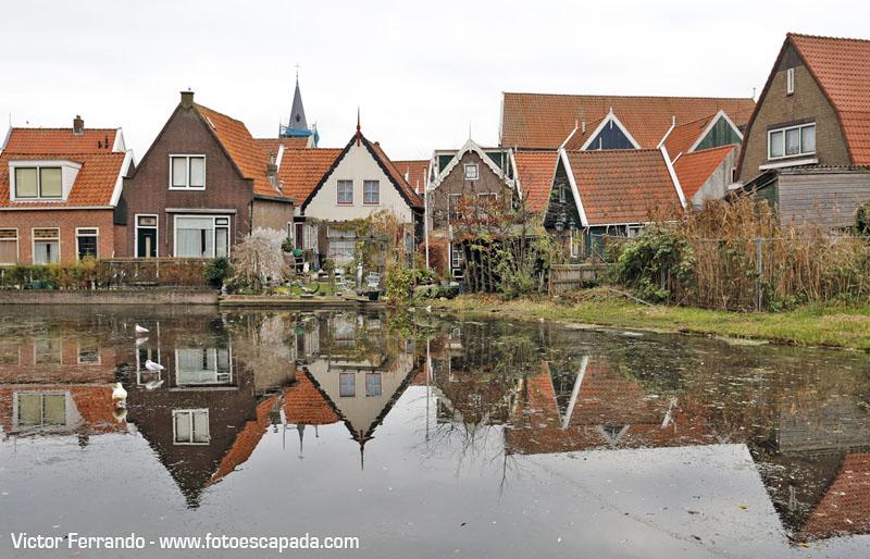 Casas reflejadas en los canales helados de Waterland