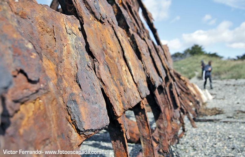 Barcos oxidados que se encuentran en la Playa San Gregorio