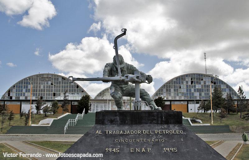 Monumento al trabajador del petróleo en Cerro Sombrero